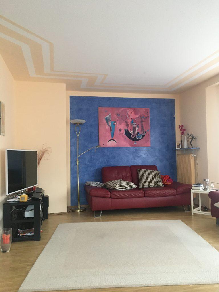 Wohnzimmer saniert in Nymphenburg. Decke, Wand und Parkettboden